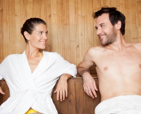 een koppel in een 2 persoons infrarood sauna